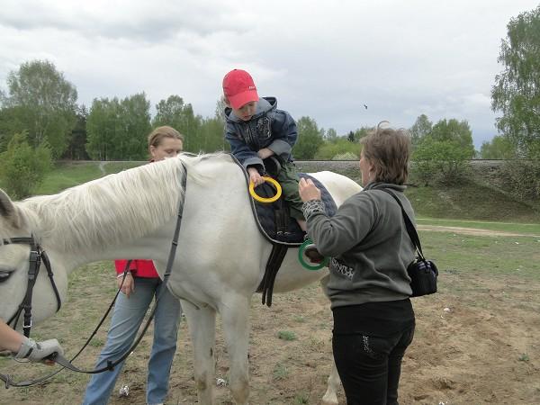 Иппотерапия и лечебная верховая езда (ЛВЕ) - Выполняем упражнение с кольцами