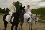 Свадьба на лошадях - Невеста и жених на лошадях